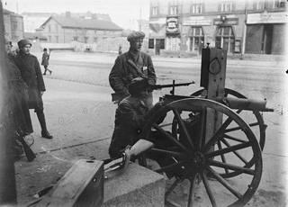 Punaisia konekiväärimiehiä Siltasaarenkatu 6:n edustalla. Rakennuksessa sijaitsi Tyyne Böökin valokuvausliike.