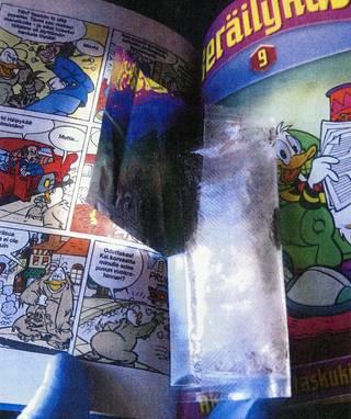 Pojan kirjahyllystä, sarjakuvalehden välistä poliisi löysi kaksi LSD-lappua ja huumesienirouhetta.