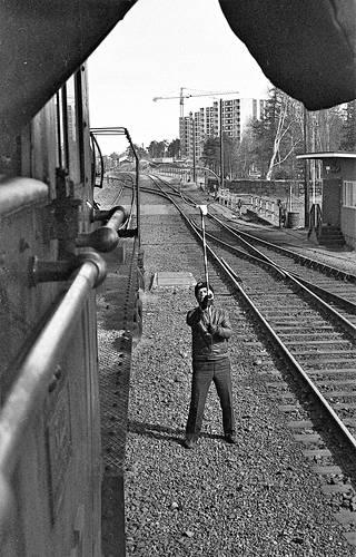 1077 veti 20.4.1976 tavarajunaa Oulusta Haukiputaalle. Sieltä se jatkoi Rovaniemelle Kotka on laskeutunut -elokuvan filmitähdeksi. Vaihdemies ojentaa ilmoitusrenkaalla siihen kiinnitetyn ilmoituksen kuljettajalle.