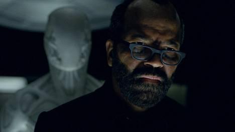 Teemapuiston ohjelmoijaa näyttelevä Jeffrey Wright on tullut tutuksi myös Bond-elokuvista.