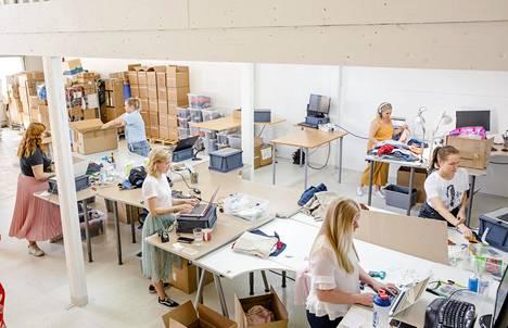 Rekin sisäänostajat tarkistavat myyntiin toimitettuja vaatteita.