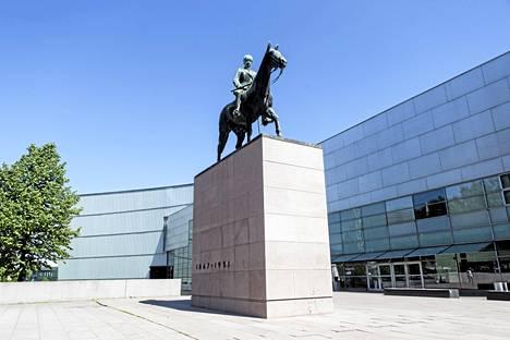 Marsalkka Mannerheimin patsas sijaitsee nykytaiteenmuseo Kiasman vieressä.