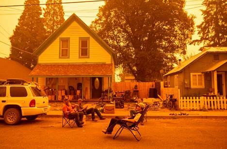 23. heinäkuuta otetussa kuvassa Greenvillen asukkaat, jotka olivat kieltäytyneet noudattamasta evakuointikäskyä, joivat olutta ja kuuntelivat kantrimusiikkia.