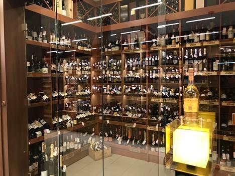 Repinon supermarketit alkoholivalikoima on huikea. Arvokkaimmat tuotteet ovat erillisessä lasiseinäisessä huoneessa.