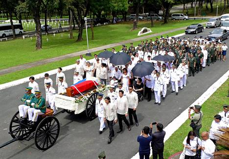 Marcosin arkku kuljetettiin haudattavaksi näyttävässä kulkueessa.