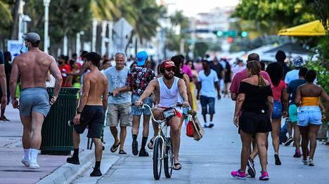 Floridassa rajoituksia on purettu, vaikka virusta ei ole saatu hallintaan.