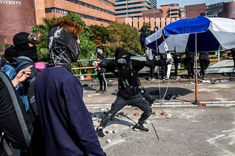 Hongkongissa Perjantaina 15. marraskuuta kuvatussa tilanteessa nähtiin mielenosoittaja ampumassa jousella.