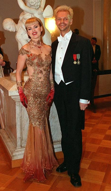 Helena Lindgren ja Jorma Uotinen olivat näyttävä pari Linnan juhlissa vuonna 1998.
