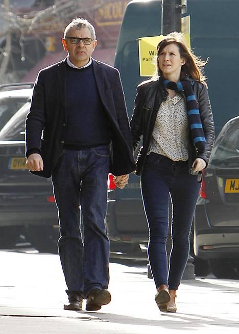 Rowan Atkinson muuttaa saman katon alle nuoren näyttelijärakkaansa kanssa.