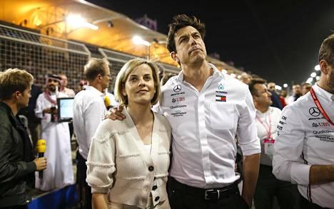 Susie ja Toto Wolff kuvattuna Bahrainin F1-osakilpailussa maaliskuussa 2019.