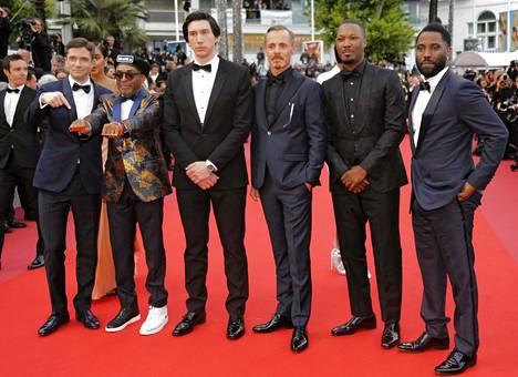 Ohjaaja Spike Lee (toinen vas.) ja näyttelijöitä Cannesissa.