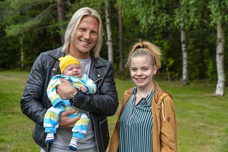 Toisenlaiset teiniäidit -sarjasta tuttu Milena on kääntänyt uudet sivun elämässään. Max-poika on puolitoistavuotias, ja äiti on muuttanut Vantaalle. Kuvassa myös ohjelman juontaja Sami Kuronen.