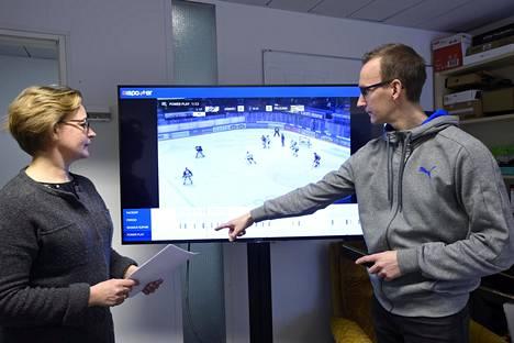 Anri Kivimäki ja Sami Huttunen esittelevät AISpotter-sovellustaan.