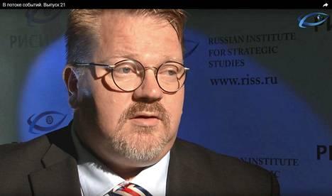 Johan Bäckman on esiintynyt myös Risi-instituutin oman tv-kanavan haastattelussa heinäkuussa 2013. Tuolloin hän kommentoi suomalais-venäläisiä lapsikiistoja.