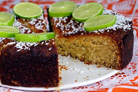 Limetti-kookoskakku saa mehevyyttä ranskankermasta. Valmis kakku koristellaan limetin siivuilla, jotka tuovat mukanaan keväistä pääsiäisen tunnelmaa.