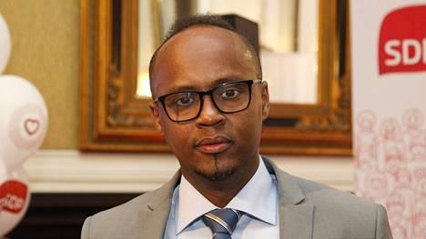 """Abdirahim """"Husu"""" Hussein ajaa taksia osa-aikaisesti."""