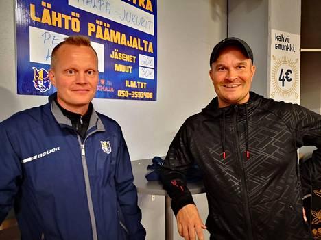 Juniori-Jukureiden apuvalmentaja Pekka Heikkinen ja vastuuvalmentaja Jussi Hyvärinen pitivät tiistai-iltana vastoin suunnitelmia oheisharjoitukset sisätiloissa.