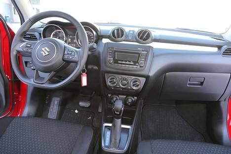 Romutuspalkkiomallissa on radio/cd-soitin ja vain korkeussuunnassa säätyvä ratti.