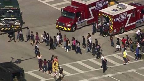 Opiskelijoita evakuoitiin Marjory Stoneman Douglasin lukiosta Floridassa.