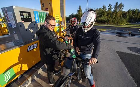 Mikko Huoponen kyllästyi mopojen iltarälläykseen ja osti pojille bensaa, että nämä pääsevät keskustan ulkopuolelle mopoilemaan.