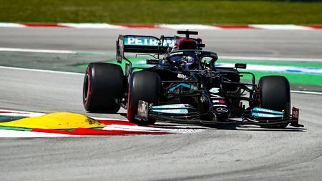 Lewis Hamilton otti paalupaikan Barcelonassa.