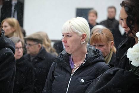 Leski Pia Nykänen aviomiehensä hautajaisissa Jyväskylässä talvella 2019.