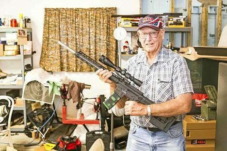 Joe Goodmannille aseet ovat kaikki kaikessa. Niitä löytyy kellarista tusinoittain.