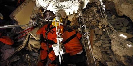 Pelastustyönkijät keskustelivat nelikerroksisen rakennuksen raunioihin jääneen Manuel Loran kanssa,