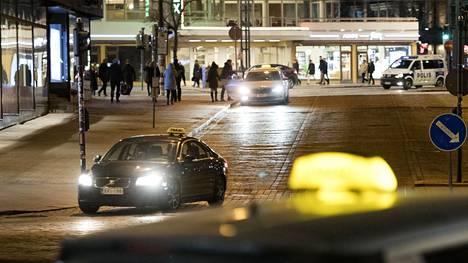 Taksialaan korona iskee ensirintamassa, sillä liikkuminen on jo vähentynyt radikaalisti.