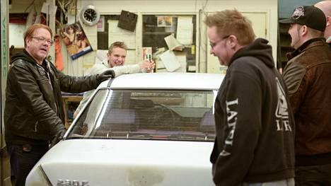 Koomikko Heikki Silvennoinen piirtää senioreille oudon kuvan ajokkinsa tulevasta ulkomuodosta.