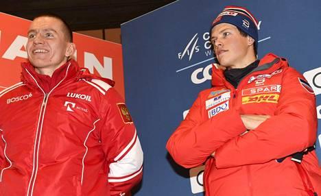 Aleksandr Bolshunov (vas.) ja Johannes Hösflot Kläbo olivat paikalla Rukan maailmancupin mediatilaisuudessa torstaina.