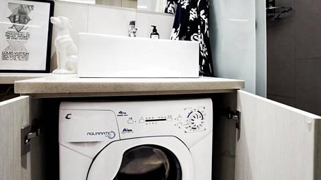 Home- ja kosteusongelmat saavat usein alkunsa kylpyhuoneista. Asukkaan onkin syytä tarkistaa pesukoneen liitäntä ja tulo- ja poistoletkujen kunto säännöllisin väliajoin. Letku on hyvä vaihtaa vähintään kymmenen vuoden välein.
