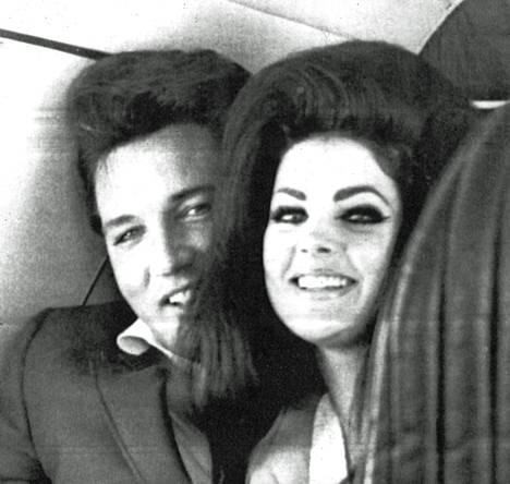 Elvis ja Priscilla hymyilivät onnellisina suunnatessaan häämatkalleen Kaliforniaan.