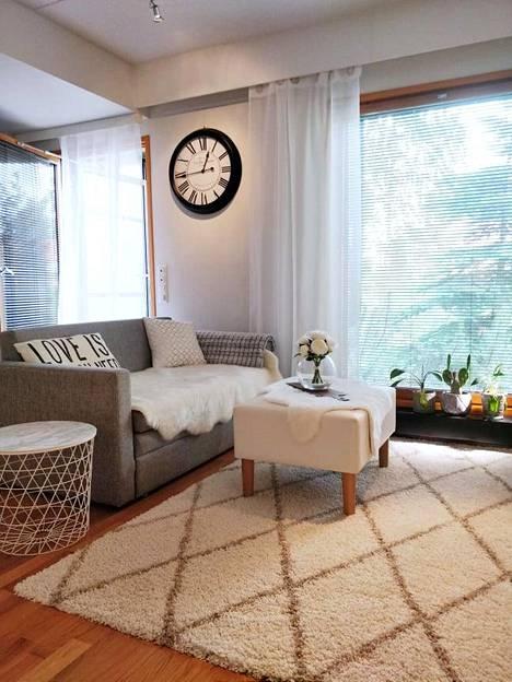 Isot ikkunat tuovat pieneen asuntoon tilan tuntua ja valoa, joten niitä ei kannata peittää tummilla ja paksuilla verhoilla.