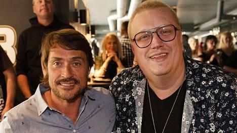 Teemu Selänne ja Arttu Wiskari poseerasivat yhdessä Wiskarila-ravintolan avajaisissa reilu vuosi sitten.