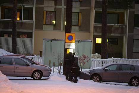 Poliisi piirittää asuntoa osoitteessa Muurainkuja 4.