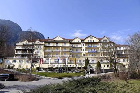 Thaimaan kuningas Maha Vajiralongkornin kerrotaan majailevan parhaillaan Saksan Alpeilla sijaitsevassa Grand Hotel Sonnenbichl -hotellissa yhdessä rakastajattarien kanssa. Neljän tähden hotelli on saanut saksalaislehtien mukaan pysyä koronakriisin keskellä auki poikkeusluvalla.