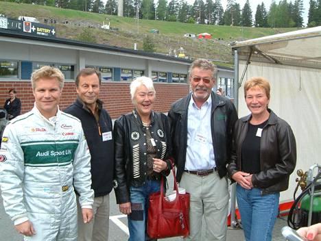 Aila Häkkinen (keskellä) ja Harri Häkkinen (toinen oik.) kuvattiin Ahveniston moottoriradalla entisen F1-kuljettajan Mika Salon ja tämän vanhempien Seppo ja Tarja Salon seurassa.