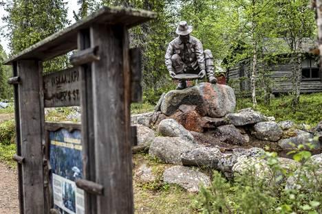 Vaskaajapatsas Tankavaaran Kultamuseon pihassa Sodankylässä.