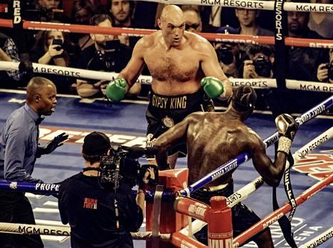 Tyson Fury (takana) tositoimissa.