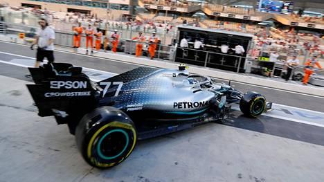 Valtteri Bottas oli päivän nopein Abu Dhabin F1-harjoituksissa, mutta oli mukana myös kolarissa.