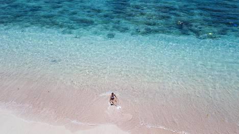 Pink Beachillä hiekka on vaaleanpunertavaa. Upea koralliriutta alkaa heti saaren kyljestä.