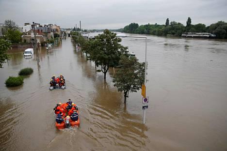 Pelastustyöntekijät evakuointioperaatiossa.