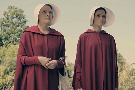 Offred (Elisabeth Moss) ja Ofglen (Alexis Bledel) Handmaid's Talessa.
