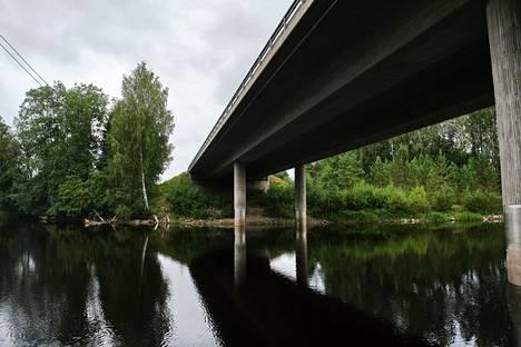 Auto ilmeisesti ajautui jokeen kuvasta katsottuna sillan vasemmalta puolelta.
