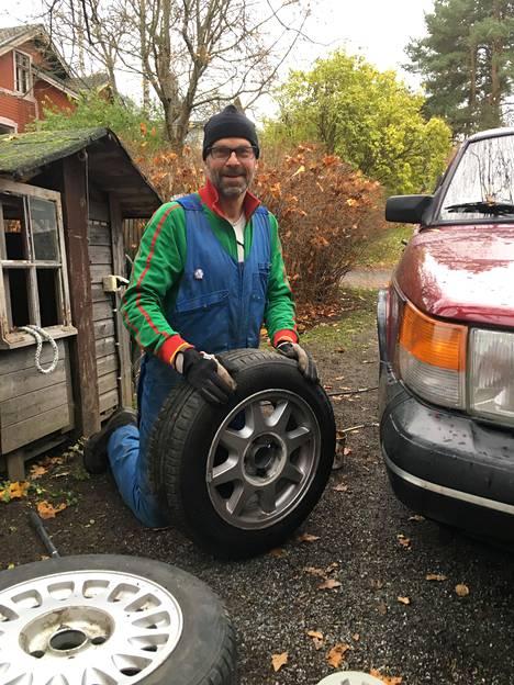 –Saabin renkaiden vaihto on iloista puuhaa. Renkaiden tietysti pitää olla Nokialla valmistetut, kun autokin on kotimainen, Toivonen sanoo.