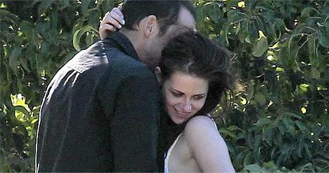 Kahden lapsen isä Rupert Sanders ei malttanut pitää sormiaan erossa 19 vuotta nuoremmasta Kristen Stewartista Pacific View Trail -nimisessä paikassa Hollywoodin liepeillä.