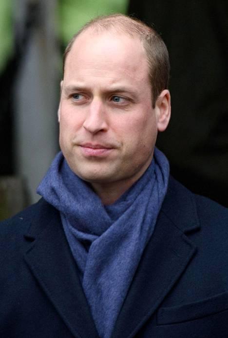 Prinssi William vaikutti joulukirkosta poistuessaan olevan kiinnostuneempi kaulahuivistaan kuin Meghanin kanssa juttelusta.