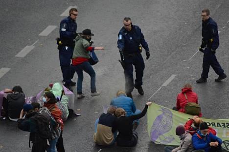 Poliisi hajotti Elokapina-liikkeen mielenosoituksen voimatoimin lokakuussa Kaisaniemessä.