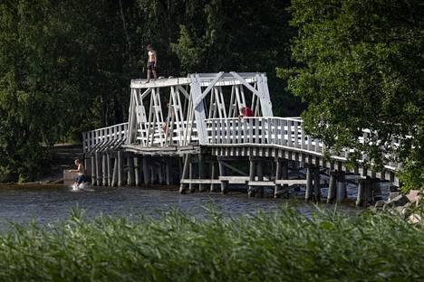 Lohjanjärvi on paikallisille tärkeä virkistyskohde, jonka rannoilla ja vesissä uidaan, kalastetaan ja mökkeillään. Kuva Liessaareen johtavalta sillalta.